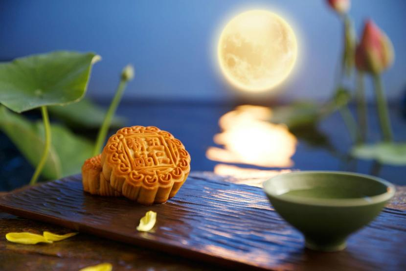 How do Chinese celebrate the Mid-Autumn Festival?