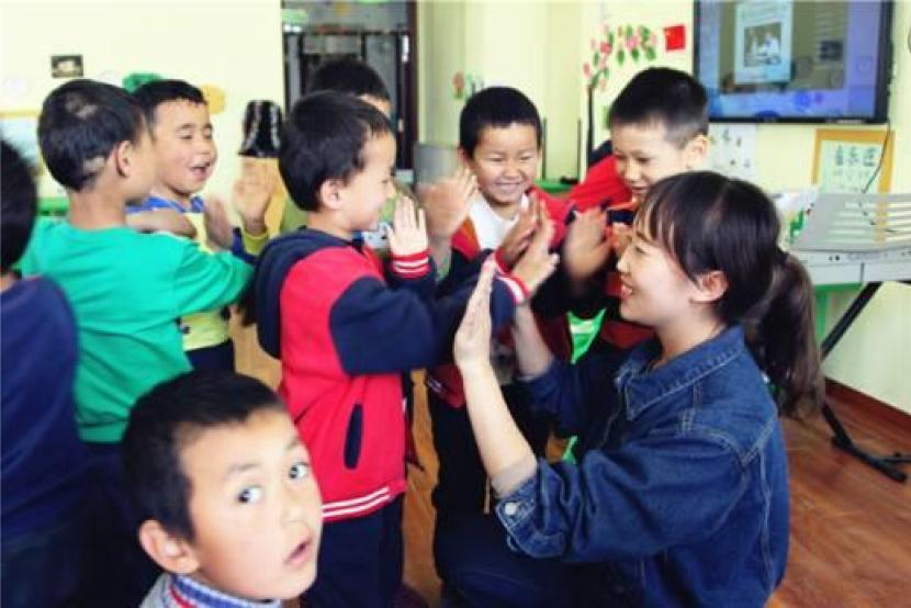 Young village teacher takes care of Uyghur children in Xinjiang