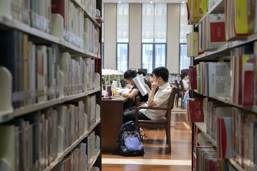 Most employed youth in China continue to study after graduation